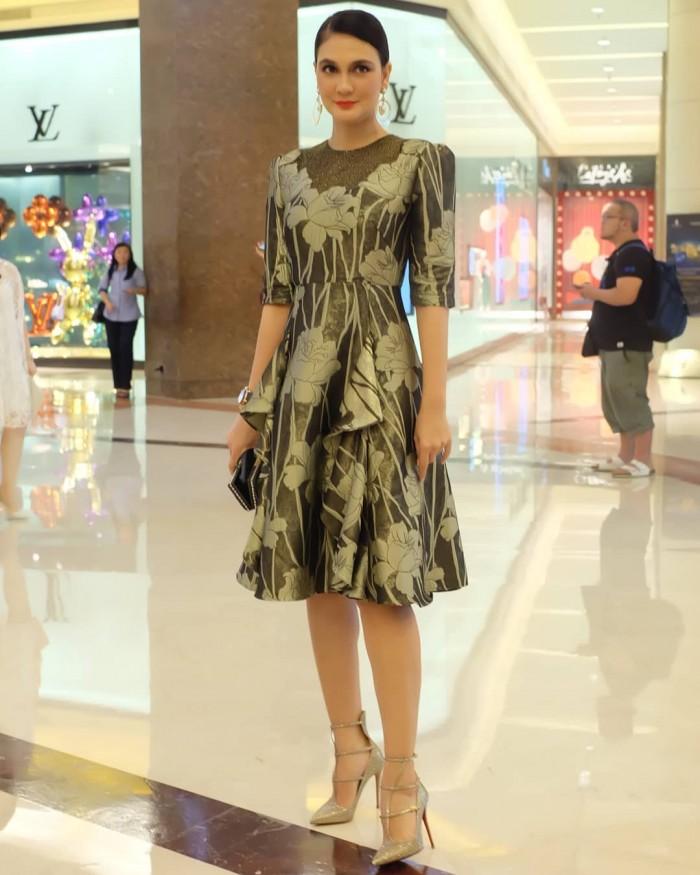 Posting Artis Indonesia! Luna Maya Post Gaya OOTD dengan Dress!